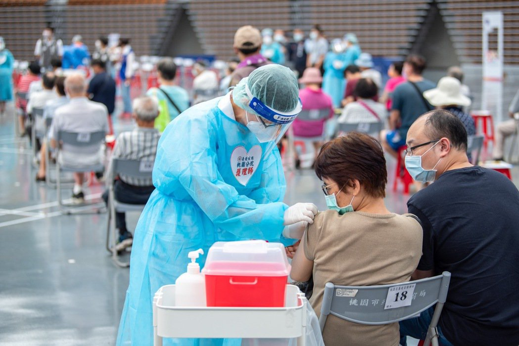 桃園市長鄭文燦今天上午視察桃園巨蛋接種站。圖/桃園市政府提供