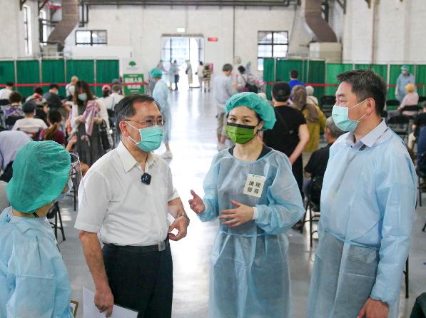 校園疫苗接種將開打,北市府副市長蔡炳坤說,市府已經確定殘劑處理原則,第一優先施打...