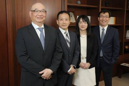 凱基證券獲准開辦高資產客戶新財富管理業務,總經理方維昌(左一)帶領團隊搶攻億元客...