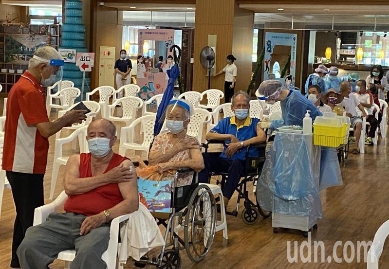 台中市南屯慈濟台中靜思堂快打站2.0今開打,很多長者提早報到,採宇美町式接種。記者趙容萱/攝影