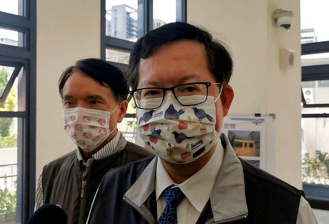 桃園市長鄭文燦(右)說明65歲以上長者打第二劑AZ情形良好,友善服務。記者曾增勳...