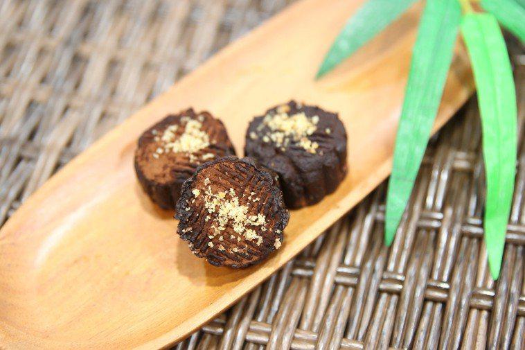 花蓮慈濟醫院營養科推出可自己在家做的月餅「忘憂芭娜娜」,教大家運用香蕉、巧克力、...