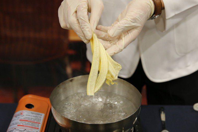 「忘憂芭娜娜」月餅中,香蕉皮也能食用,可在體內轉換為血清素。圖/花蓮慈濟醫院提供