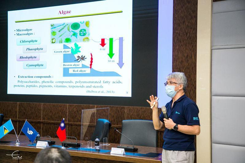 海大食品科學系主任吳彰哲向聖國大使羅倫等人解說海藻的生長環境。圖/海大提供
