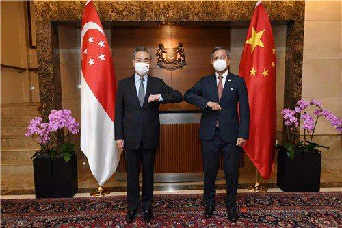 大陸國務委員兼外長王毅(左)在新加坡與星國外長維文舉行會談。取自大陸外交部網站