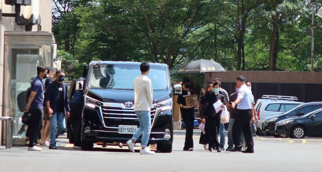 龍劭華昨猝死高雄,今天下午家屬到八五大樓招魂。記者林保光/攝影