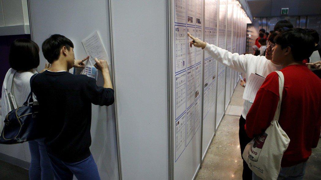南韓8月失業率創新低,但專家說,難以視為正面訊號。圖為大學生參加企業徵才活動時填...