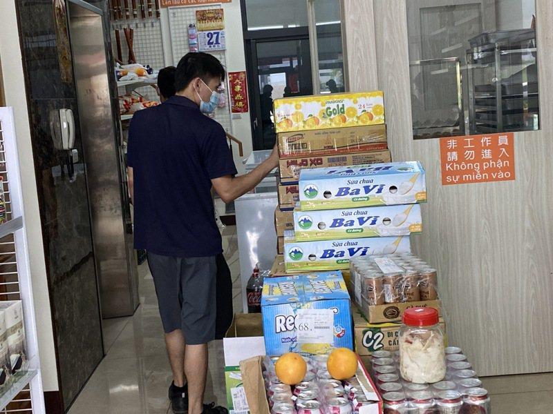 販售東南亞食品的商行如雨後春筍般設立,讓不少在台灣的新住民、移工來店選購家鄉食物,一解鄉愁。記者陳雅玲/攝影
