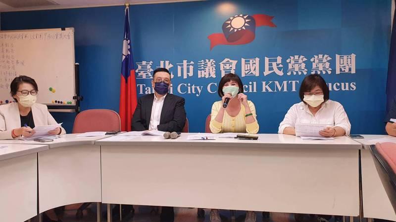 台北市副市長黃珊珊(左一)下午率市府團隊赴市議會國民黨團,報告今年度追加減預算案。記者楊正海/攝影