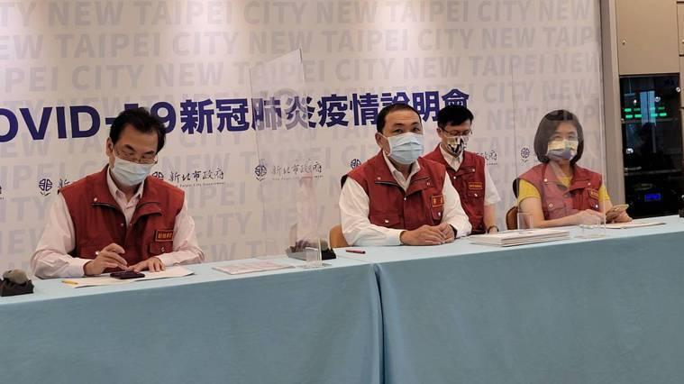 衛生局長陳潤秋(右一)表示,混打的部分需要科學實證,來證明是安全有效,證明以後才...