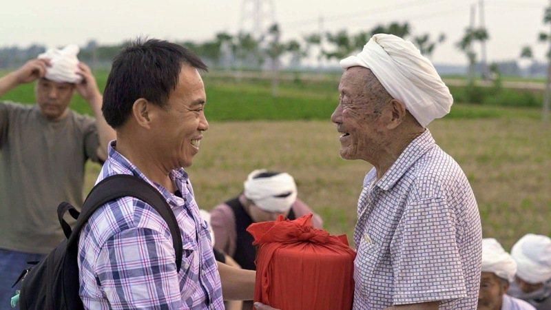 高雄左營祥和里長劉德文(左),幫助超過百名已故老兵的骨灰帶回中國大陸安葬。圖/劉德文提供