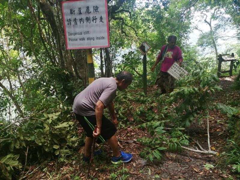 玉山國家公園即日起公告恢復生登山入園活動,工作人員正進行的登山口至佳心段的巡查工作。圖/玉管處提供