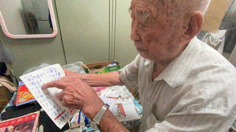 隨年紀漸長記憶力衰退,住在祥和山莊內的孟連啓手寫記下昔日長官的姓名。記者陳弘逸/攝影