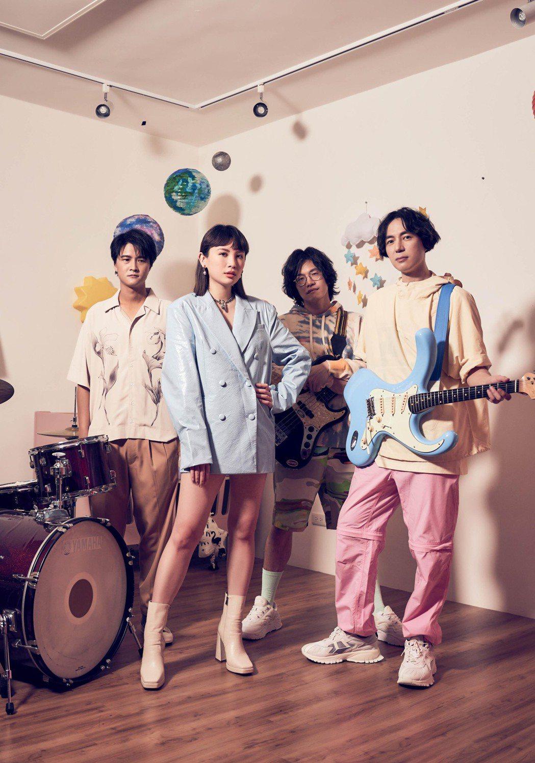魏如萱(左二)情商製作團隊賴聖文(左起)、黃少雍、韓立康助陣。圖/何樂音樂提供