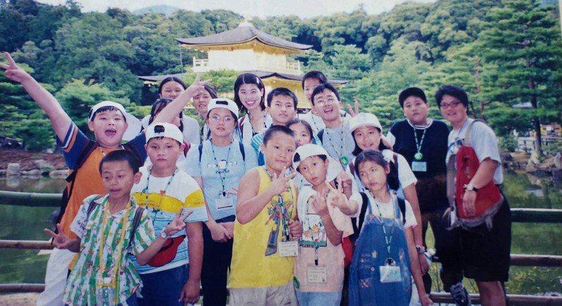 921大地震隔年,日本足長育英會招待5、6個國家,因天災或是戰爭失親的兒少,前往日本參加「彩虹屋兒童夏令營」夏令營,台中和南投有十多人受邀。圖/謝秀娟提供