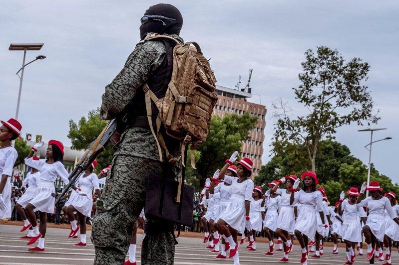 俄羅斯近年透過傭兵與顧問名義積極插旗非洲各國,讓自己的軍事影響力越來越壯大,像馬利的軍政府近日據傳將雇用瓦格納傭兵,讓過去殖民宗主國的法國強烈反對。紐約時報