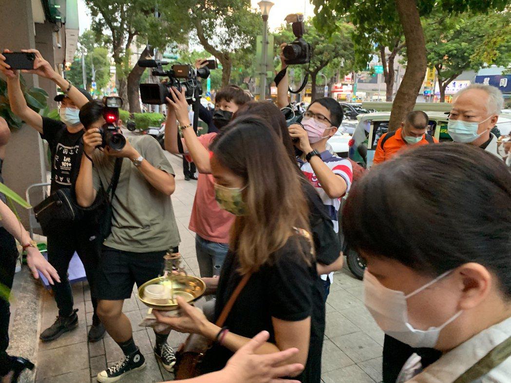 龍劭華大體運回台北,家屬為其捧香。記者陳慧貞/攝影