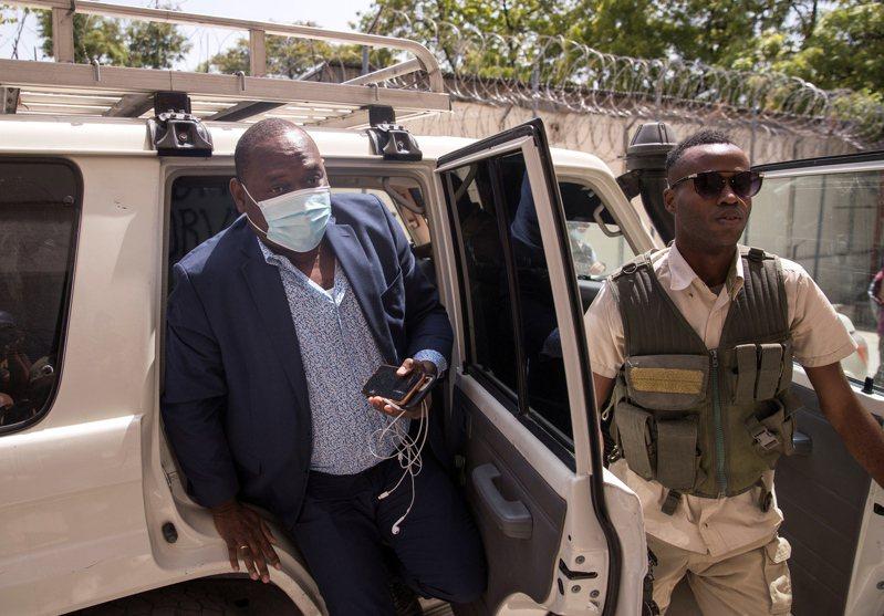 負責調查海地總統遇刺案的檢察官克勞德(左)指控總理亨利涉案,他已被亨利解職。圖為克勞德今年7月抵達法院的資料照片。歐新社