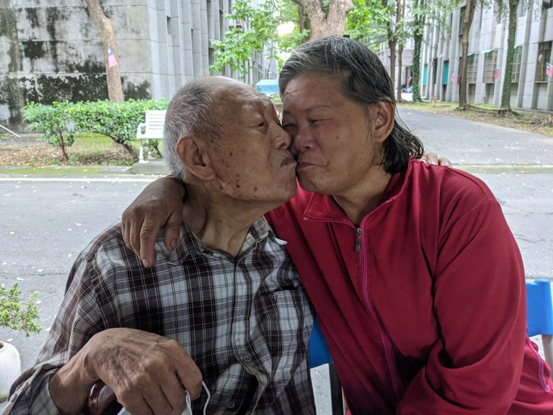 93歲張治亞爺爺(昨)與小28歲的王念林(右)結婚,來台後住在祥和山莊迄今已30多年,感情依舊甜蜜。記者陳弘逸/攝影