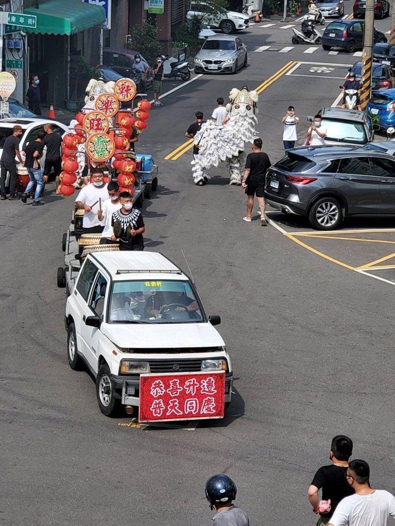 竹東警分局長將被調升,竟有地方人士請來舞獅、陣頭放炮慶賀。影/民眾提供