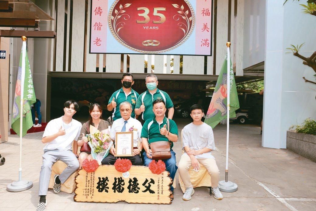 銓利科技總經理江威增(右二起)、父親江泉慕與家人及朋友共同合影。黃奇鐘/攝影