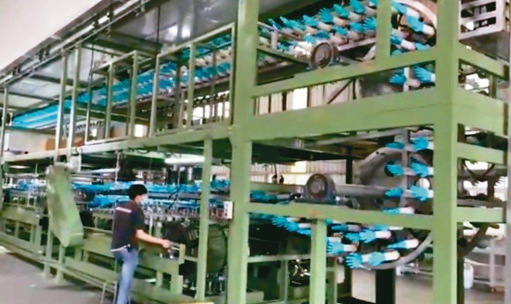 洪達自動化公司研製第三代NBR手套機,產能加倍。洪達自動化/提供