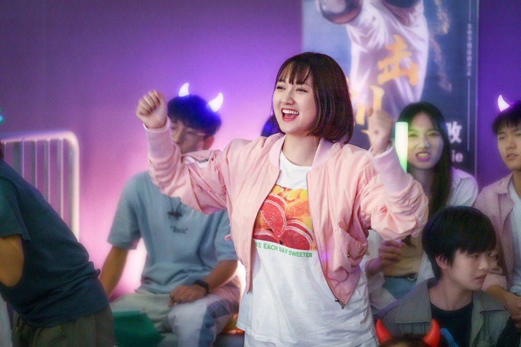 董思怡在「二十不惑」中自然演繹粉絲追星心態。圖/中天娛樂台提供