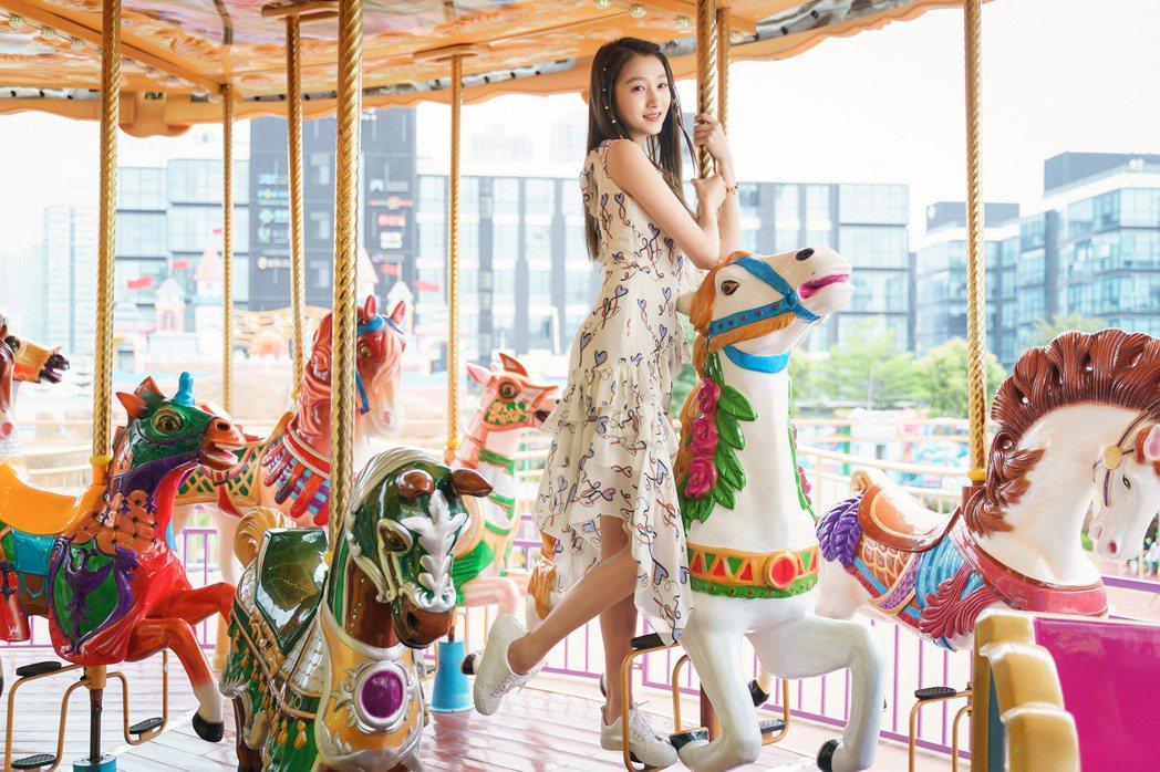「腿精」關曉彤在「二十不惑」大露108公分長腿。圖/中天娛樂台提供