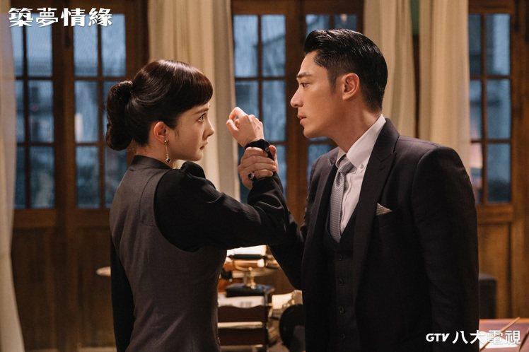 霍建華(右)在劇中因家仇與楊冪對立。圖/八大電視提供