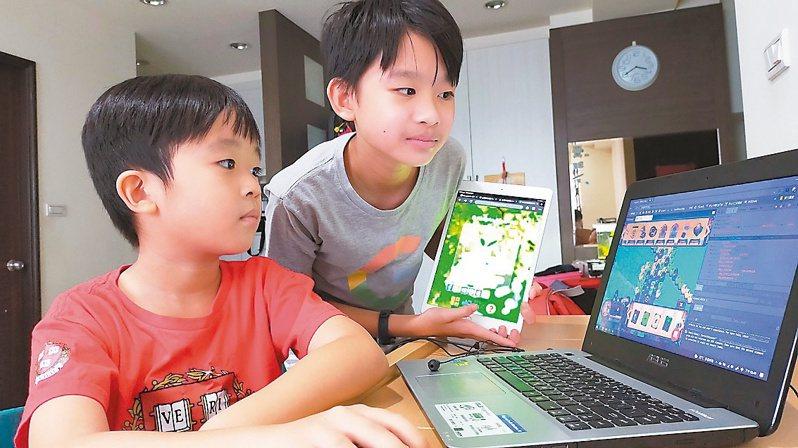 新北市教育局長張明文表示,透過科技數位化,用手機操作親師生平台系統就可讓老師、家長掌握學生出缺勤、身體狀況。圖/新北教育局提供
