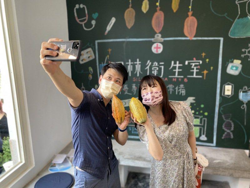 日籍遊客昨天到屏東參加泗林衛生室開幕,興奮拍照。記者劉星君/攝影