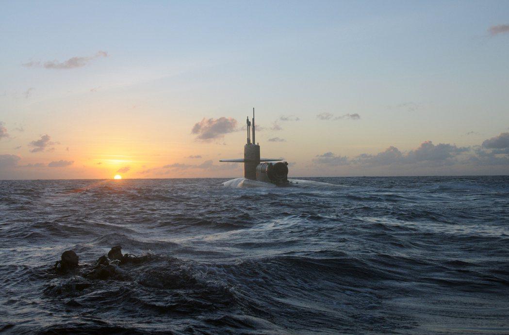 在確定美國要提供核子動力技術後,莫里森總理本來打算週三就要「馬上致電」法國總統馬...