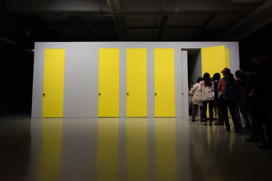 何采柔於北美館展出的「某日, A day, 2015」,設計了六道門,裡頭有表演...