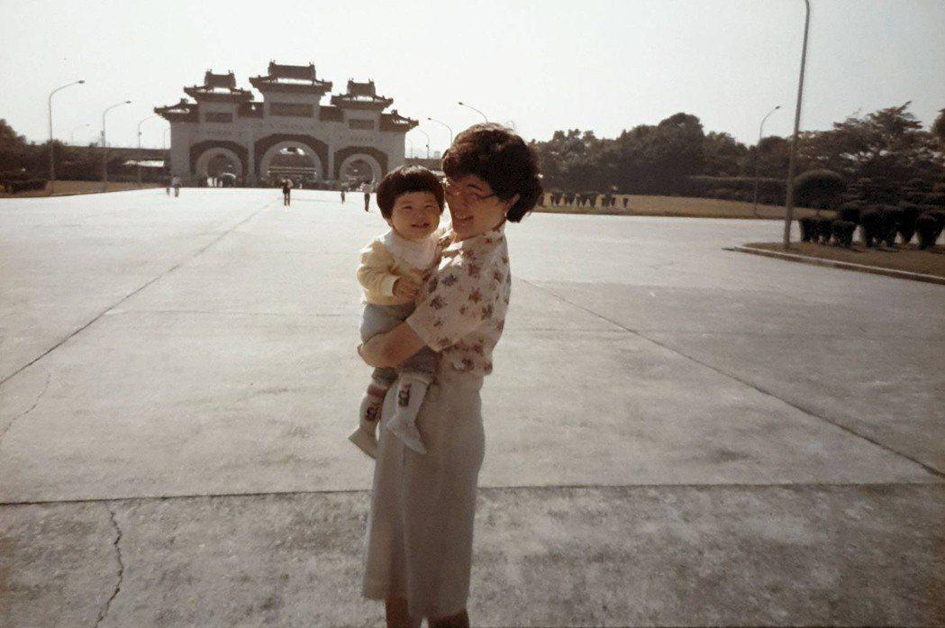 何采柔的母親(右)採行自由民主的教育方式,讓她從小就養成獨立思考的能力。圖/何采...
