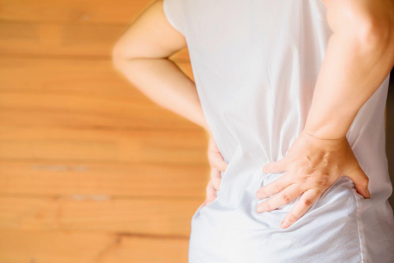 骨質疏鬆症是全身性骨骼疾病,會在無聲無息中逐漸惡化。 圖/freepik