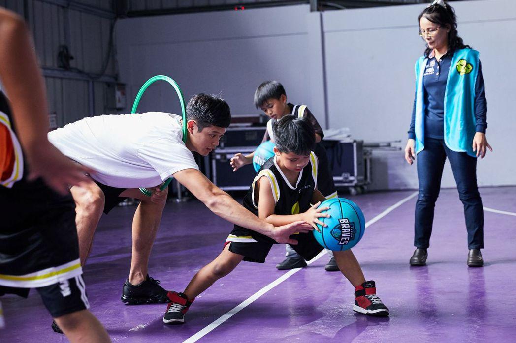 富邦慈善基金會邀請臺北富邦勇士隊球員指導學童球技。 圖/富邦慈善基金會提供