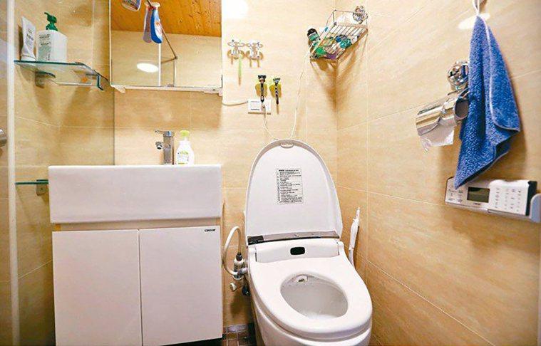 專家建議浴室設計,可以把馬桶蓋、地板或牆面換不同色系,有助失智者辨認馬桶。 圖/...