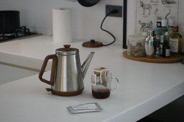沖一杯「綠洲咖啡 Oasis Coffee Roaster」的萊拉小姐配方豆。 圖/陳小曼攝影