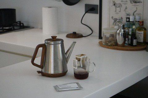 沖一杯「綠洲咖啡 Oasis Coffee Roaster」的萊拉小姐配方豆。 ...