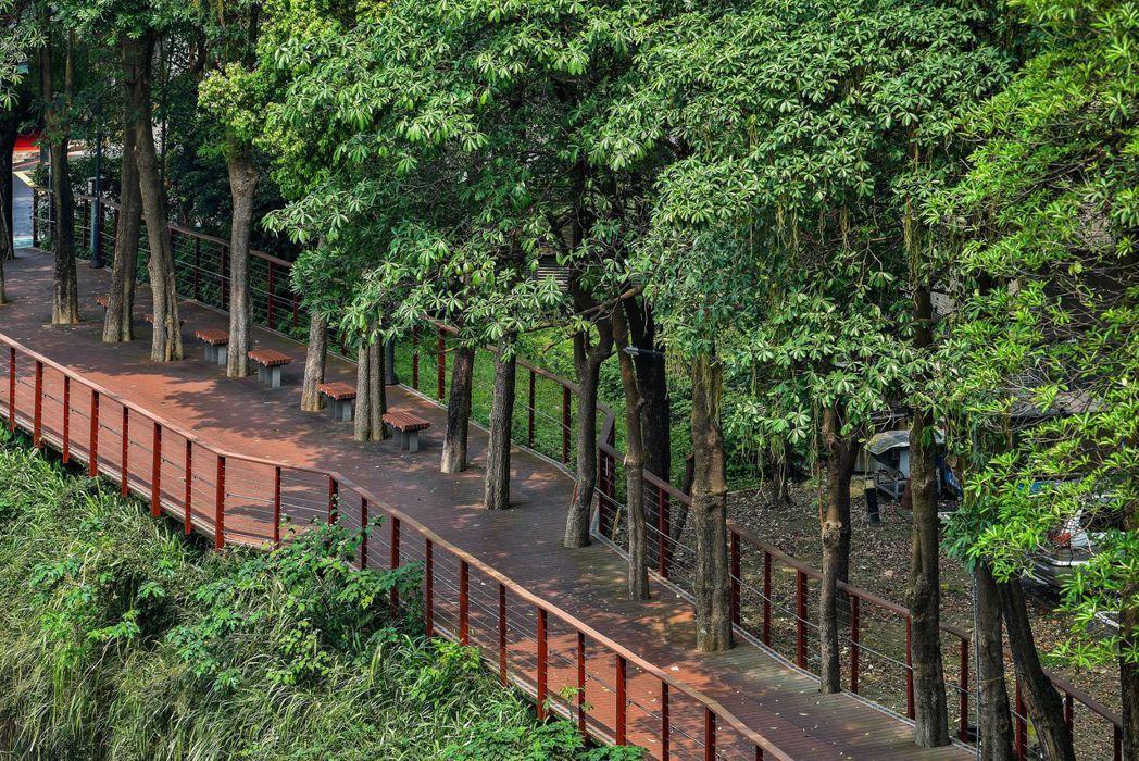 「遠雄CASA」沿綠意盎然的木棧道輕鬆步行6~7分鐘即可抵達中原捷運站,安全又愜...