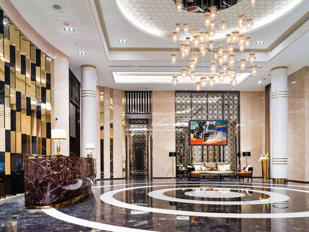 挑高6.1米的義式迎賓大廳,在藝術品點綴下更顯金碧輝煌氣派感。