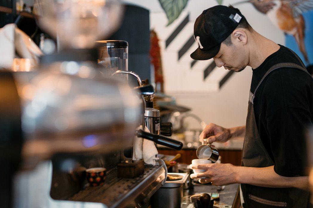 UFOUS店主小楊不是在吧台,就是在烘豆機前。  圖/RUFOUS提供