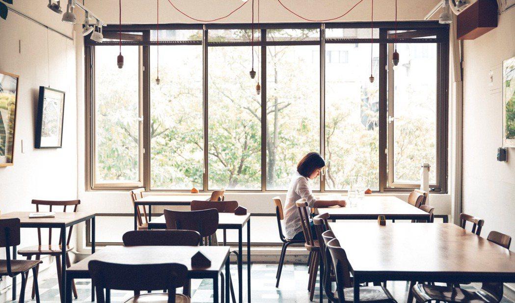 蘑菇咖啡位在捷運中山站旁,窗戶是滿滿綠意。 圖/張嘉行提供