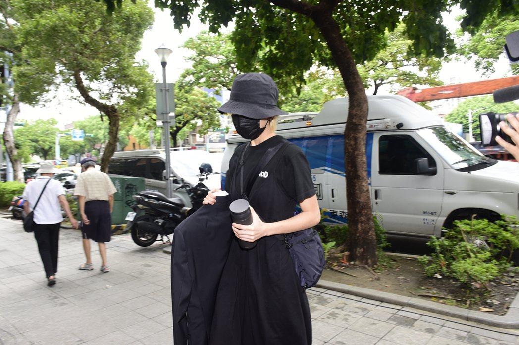 女兒陳璇拿著龍劭華的西裝進靈堂。記者陳慧貞/攝影