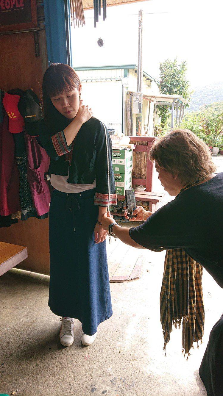 每一件原住民的服裝刺繡圖檔,都是服裝組團隊找資料後,再針對圖紋形象去做合理性的安...