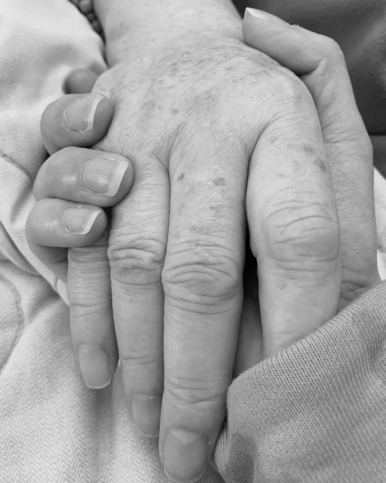 愛雅媽媽在疫情期間癌逝。圖/翻攝自愛雅(張艾亞)臉書