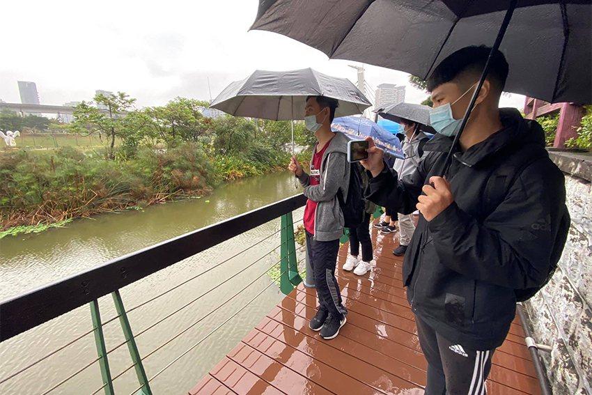 中原大學通識課程「生態工程與藝術的對話」,師生參訪青塘園。 中原大學/提供