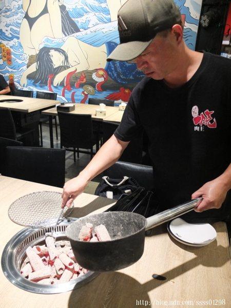師傅很快的來填充炭火,不會拖延到客人燒烤的時間,這時候我們可以先到自助區夾取烤物食材。