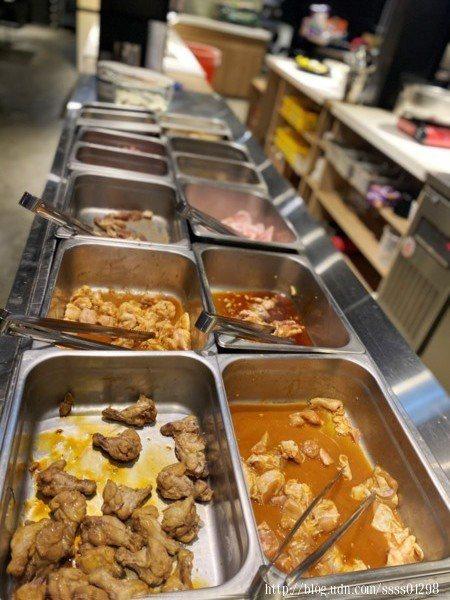 店家醃漬過的肉類十分入味,檯面上主要放置豬肉和雞肉,雞翅、雞腿、里肌豬肉、五花肉、梅花肉,醃過直接烤就很有味道囉!