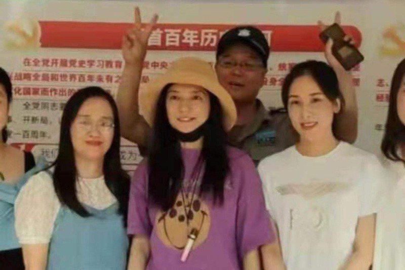 大陸女星趙薇出現在老家的近照。圖/取自微博